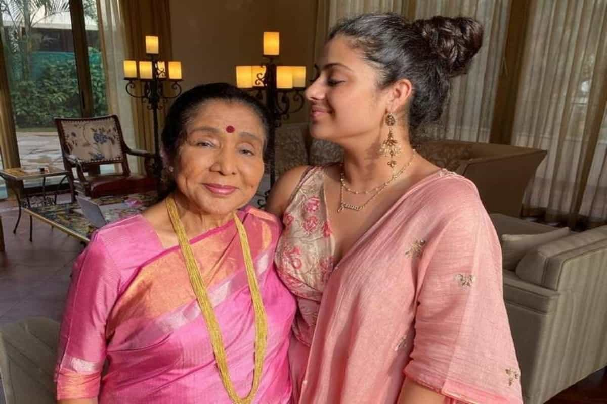 Asha Bhosle celebrates with granddaughter as she receives govt honour